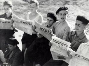 Уцелевшие юные узники Бухенвальда читают газеты  на идиш, Франция, 1946