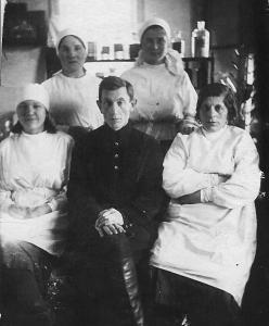 Управляющий Айзик Зельцман (сидит в центре) с женой Ревеккой (сидит справа) и другими работниками Стеблевской аптеки. 1939 г.