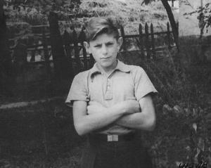 Толя Зельцман возле своего дома в Стеблеве. 1951 г.