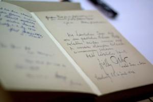 Карточки заключенных из концлагеря Маутхаузен,и рядом же запись Гесса в книге гостей лагеря: «Спасибо за прекрасно проведенное время»