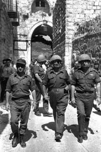 Ицхак Рабин, Моше Даян и Узи Наркис в Старом  городе Иерусалима вскоре после его освобождения  от иорданских войск в Шестидневной войне, 1967 г.