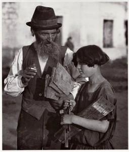 Плотник с внучкой, Чортков, 1925