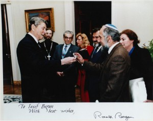 Президент США Рональд Рейган на встрече в Белом доме передает Иосифу Бегуну браслет с надписью «Узник Сиона Иосиф Бегун» со словами: «Этот браслет лежал на моем столе как напоминание о страданиях советских евреев»