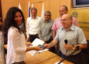 Натан Щаранский вручает израильское удостоверение личности во время церемонии в Иерусалиме