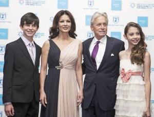 Майкл Дуглас и Кэтрин Зета-Джонс с детьми на церемонии  «Генезис» в Иерусалиме
