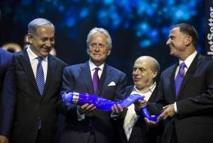 Майкл Дуглас на вручении премии «Генезис»