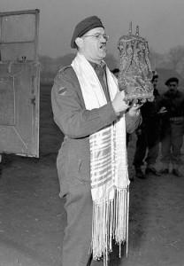 Канадский военный раввин Шмуэль Кац произносит первую молитву на территории Германии  в составе Первой канадской армии.