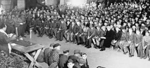 Военный раввин американской армии Хершель Шехтер проводит молитву посвященную  празднику Шавуот в концлагере Бухенвальд 18 мая 1945 года после его освобождения