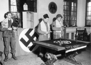Солдаты-иудеи американской 29-й пехотной дивизии  готовятся к религиозной службе в кабинете Йозефа Геббельса. Март 1945