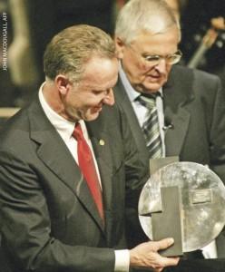 Президент DFB Тео Цванцигер вручает премию им. Юлиуса Хирша президенту  «Баварии» (Мюнхен) Карл-Хайнцу Румменигге