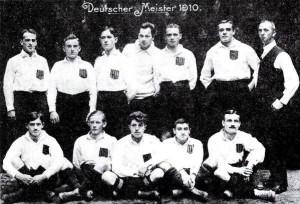 Команда «Karlsruher FV» – чемпион Германии 1910 г.  Юлиус Хирш – второй справа в первом ряду