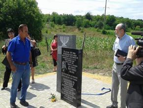 Внук Йосефа Брайнеса (слева), усилиями которого установлен мемориал