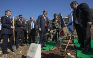 Украинский президент с супругой сажают оливковое дерево
