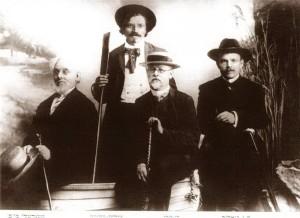 Еврейские писатели в Одессе. Шолом-Алейхем (стоит) и Мойхер-Сфорим, Бен-Ами, Бялик (слева направо)