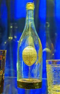 Яйцо с «Атиквой» в бутылке среди экспонатов выставки еврейского наследия Львова.