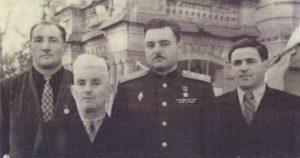 Сидней Джаксон со своими воспитанниками, героями Советского Союза В.Карповым, М.Мешем, Н.Марченко