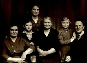 Мама стоїть, бабуся та дідусь крайні праворуч та ліворуч, 1965 рік