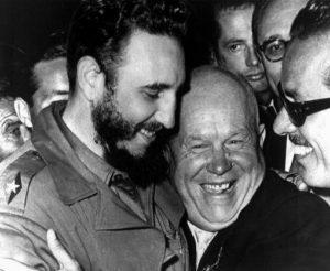 Интересно: если бы Никита Сергеевич знал о том, что Фидель Кастро Рус – потомок маранов (во всяком случае, версия о еврейских корнях пламенного Фиделя выглядит правдоподобной), то бишь лиц еврейской национальности, – он бы столь крепко прижимался к груди пламенного революционера? Фото из архивов ЦК КПСС