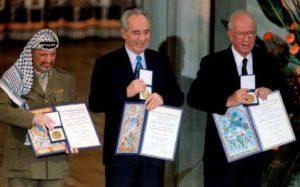 Ясир Арафат, Шимон Перес и Ицхак Рабин на церемонии вручения Нобелевской премии