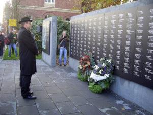 Председатель общины Егуда Вельтерман возле памятной стены с именами евреев Ольденбурга – жертв Холокоста
