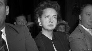 Элизабет Бентли с охраной