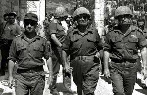 Слева направо: Узи Наркисс, Моше Даян и Ицхак Рабин вступают в Старый город Иерусалима в июне 1967 года