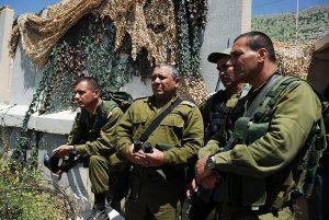 Гади Айзенкот (второй слева) на осмотре северной границы Израиля (2011)