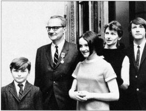 С женой и детьми после получения ордена