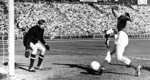 Валерий Лобановский атакует ворота москвичей в матче 1961 года