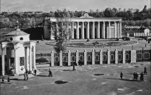 Летом 1954 завершилось строительство главного фасада стадиона – колоннады со служебным входом во внутренний двор административного корпуса. Эти колонны стали визитной карточкой стадиона