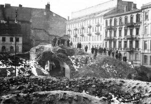 Во время войны этот район принадлежал Варшавскому гетто, а после войны он стал частью площади Дефилад
