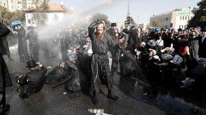 Группа ультраортодоксов напала на безоружного бойца ЦАХАЛа в Бней-Браке. Для того, чтобы освободить проезжую часть, заблокированную воинствующими харедим, солдаты Армии обороны Израиля использовали водометы