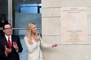 Иванка Трамп и министр финансов США Стивен Мнучин во время церемонии открытия Посольства США в Иерусалиме