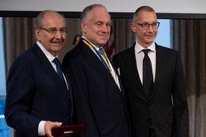 Слева направо: Джеймс Темертей, Рональд Лаудер и Борис Ложкин