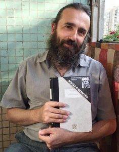 Сын А. Галича Григорий со сборником стихов отца «Когда я вернусь»