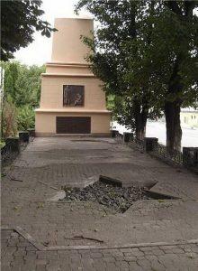 Памятник жертвам проскуровского погрома, установлен в 1925 году в Хмельницком