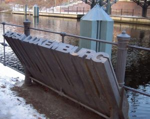 Памятник на месте убийства Розы Люксембург на Ландвер-канале в Берлине