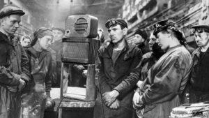 Рабочие завода «Динамо» слушают сообщение о смерти Иосифа Сталина