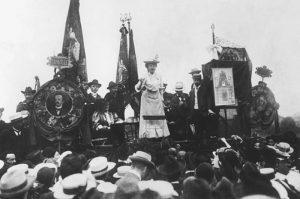 Роза выступает на Штутгартском конгрессе II Интернационала, 1907 г.