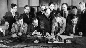 Члены только что учрежденного ЕАК подписывают обращение «К евреям во всем мире» (справа налево в первом ряду публицист Илья Эренбург, архитектор Борис Иофан, актер и режиссер Соломон Михоэлс; крайний слева писатель Самуил Маршак; второй слева во втором ряду скрипач Давид Ойстрах)
