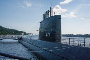 Подводная лодка USS Nautilus (SSN-571) получила свое название благодаря знаменитому произведению Жюля Верна и в честь другой подводной лодки, участвующей во Второй мировой войне USS Nautilus (SS-168)