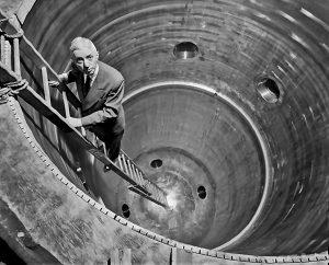 Хайман Риковер в шахте реактора АЭС «Шиппингпорт», проект строительства которой он курировал