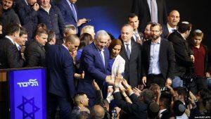 Премьер-министр Израиля Биньямин Нетаниягу в окружении сторонников