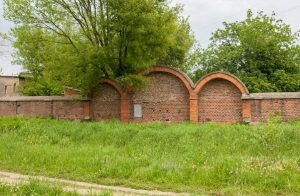 Стена еврейского кладбища, у которой шли расстрелы местных евреев