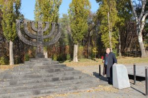 Исаак Трахтенберг возле памятного знака «Менора»