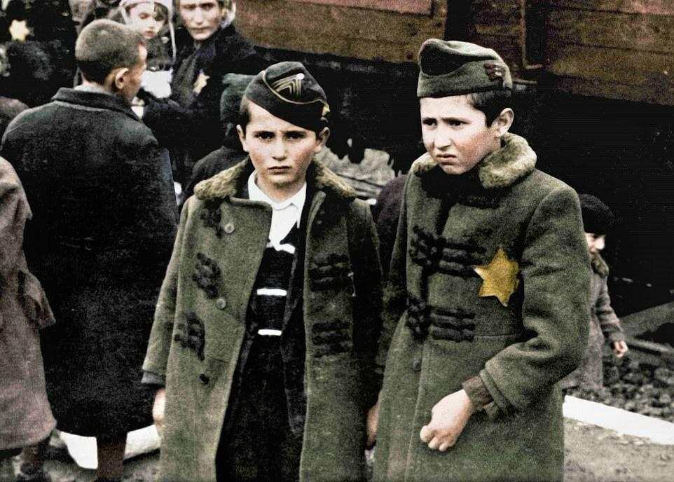 Братья Лили - Израиль и Зелиг. Они погибли в Аушвице сразу же по прибытии, вместе с родителями и еще тремя братьями