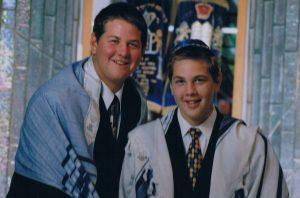 Братья Шварц в юности в синагоге