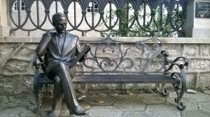 Памятник Борису Гапонову возле главной синагоги в Кутаиси
