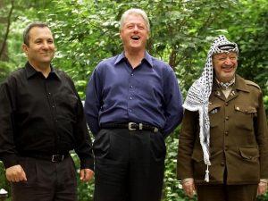 Эхуд Барак явно надеялся стать новым нобелевцем. А ради этого все средства хороши – и беспрецедентные уступки раису, и бегство из Ливана