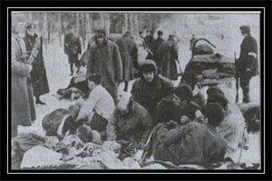 Группа евреев перед расстрелом. Справа — сотрудник полиции, 1942 год